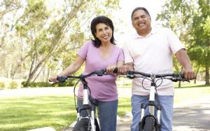 pareja de ancianos en bicicleta
