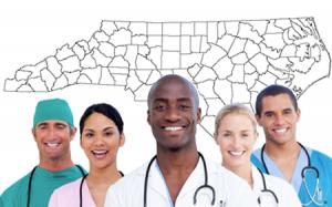 médicos en frente del mapa de carolina del norte