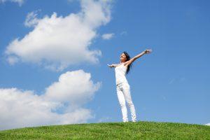 mujer estirando en la naturaleza