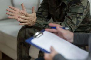 veterano hablando con el terapeuta