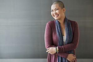 mujer sonriente con el pelo corto