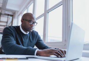 Hombre buscando en la computadora