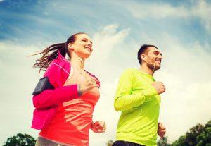 Hombre y mujer haciendo ejercicio al aire libre