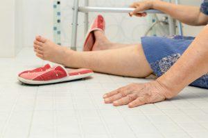 anciana sentada en el piso