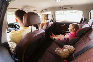 familia conduciendo en un auto