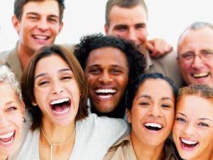 grupo diverso de personas sonrientes