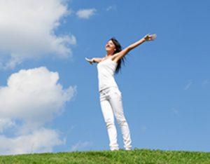 mujer estirando los brazos al aire libre