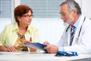 doctor hablando con paciente